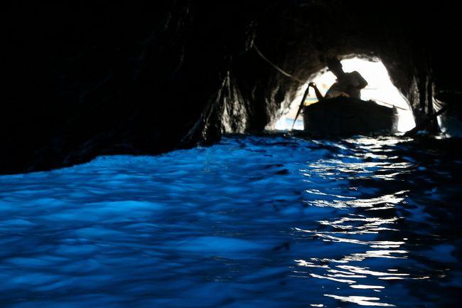 7年ぶりのイタリア旅行。<br />前回は、東日本大震災の翌日から出かけたためバチが当たり、連日の雨。<br />しかも一番楽しみにしていた青の洞窟も波があってクローズとなり、さんざんな旅行になってしまいました。<br />そのリベンジを兼ねて、天候が最も安定する7月に出かけてきました。<br />今回の旅程は、<br />7月10日(火)関空よりフランクフルト経由ローマに行き宿泊<br />7月11日(水)ローマからパレルモに飛行機で移動し、パレルモ市内観光<br />7月12日(木)世界遺産のアグリジェントとカルタジローネを観光し、タオルミーナで連泊<br />7月13日(金)タオルミーナとシラクーサ観光<br />7月14日(土)タオルミーナからアルベロベッロへバスで大移動し、アルベロベッロ観光<br />7月15日(日)マテーラとポンペイ遺跡を観光しナポリで宿泊<br />7月16日(月)カプリ島とアマルフィー観光後ナポリ泊<br />7月17日~18日ナポリよりフランクフルト経由関空に移動して帰宅。<br />今回は、旅物語の7泊9日のパックツアーでしたが、参加者が少なくゆったりとした旅でした。<br />天候にも恵まれ、連日の30度越えで観光は大変でしたが、日本と違い湿度が低いので日陰に入るととてもさわやか。<br />逆に日本のほうが連日の猛暑で体調を壊しそうでした。<br />今回は、旅行7日目のカプリ島観光を紹介します。<br />このツアーで最も楽しみにしている青の洞窟。<br />前回は天候不順のためクローズになったので今回こそは入洞したい。<br />でもツアー出発前にインターネットで確認した入洞確率は20%。<br />果たしてどうなることやら。