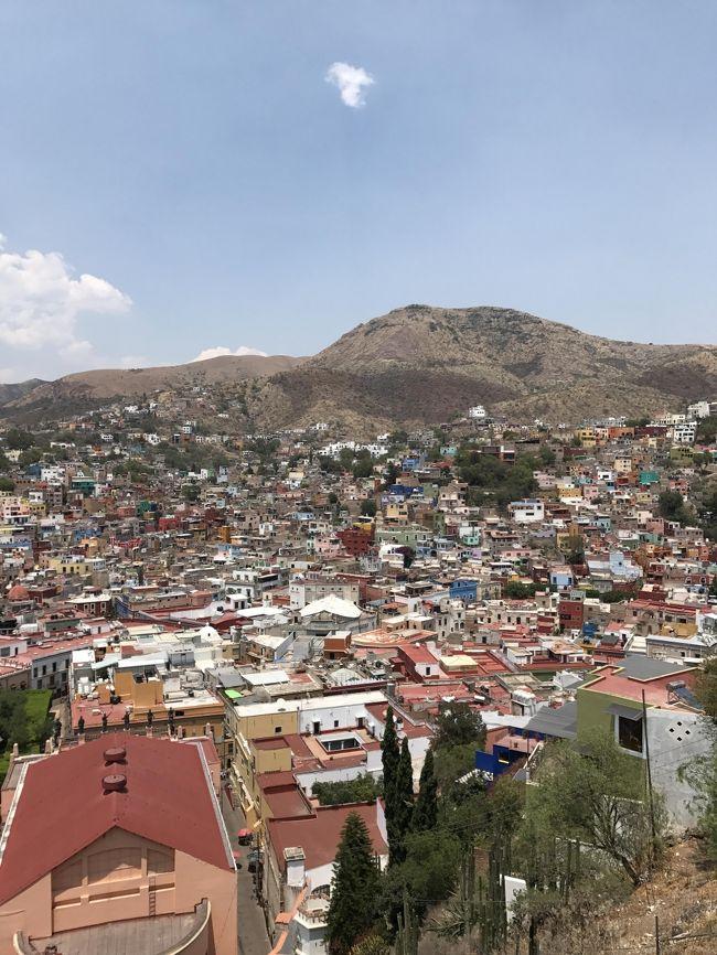 「2017年5月 JALファーストクラスでサンフランシスコ」に引き続いてメキシコ旅行記です。<br />初めてのメキシコ。治安が悪いということでかなり緊張しました。<br /><br />○5/2 東京→JL002(機内泊)→サンフランシスコ→UA412(機内泊)<br />●5/3 →メキシコシティ→グアナファト→サンミゲル・デ・アジェンデ→ケレタロ(泊)<br />○5/4 ケレタロ→メキシコシティ(泊)<br />○5/5 テペヤワルコ峡谷→テオティワカン メキシコシティ(泊)<br />○5/6 クエルナバカ→ソチカルコ→タスコ メキシコシティ(泊)<br />○5/7 プエブラ メキシコシティ(泊)<br />○5/8 メキシコシティ→AM058東京
