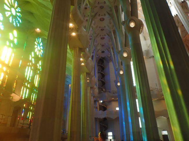 2018年夏旅は8年ぶりのスペイン!<br />バルセロナに行くことは決まっていましたが、どうしてもアルハンブラ宮殿が見たいという我儘で、グラナダに2泊+バルセロナ3泊。アンダルシアの風を感じながら、宮殿をゆっくり見学できました。バルセロナはガウディ建築巡りがとてもよかった!<br /><br />7/21 KLM航空で成田→アムステルダム、アムステルダム→マラガ、マラガから送迎車で1時間半でグラナダ着。<br />7/22 グラナダ観光<br />7/23 ブエリング航空でグラナダ→バルセロナ<br />7/23-25 市内観光<br />7/26-27 KLM航空でバルセロナ→アムステルダム、アムステルダム→成田<br />合計で旅費・ホテル込みで25万円ほど、プラス食費・観光費用<br /><br />こちらの記事はグラナダ発-帰国まで。<br />また、私は実は妊娠中(しかもまぁまぁ初期)の旅行でした。ガンガン歩いて動き回ったけど、特に体調に異変もなく無事に帰ってこれました。行くかどうかギリギリまで悩んだけど行って良かった!<br /><br />ちなみに8年前の記事はこちら。<br />https://4travel.jp/travelogue/10738864