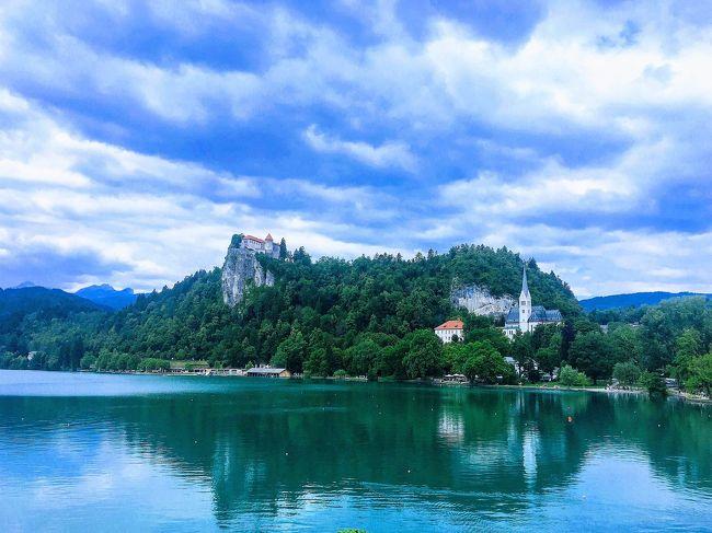 スロベニア2日め。<br />友達の長男と、彼女のアリサといっしょに、ブレッド湖・ボーヒン湖・ラドヴリツァへ行きました。<br /><br />今回の旅行で、ブレッド湖とボーヒン湖だけはじゅうぶんに下調べをして完璧な予定を立てていたのですが・・・。<br />連れて行ってくれると言うのでひとりで行きたいと言いにくくて、行きたいスポットへは行けずじまい・・・。<br />また来たらいっか。