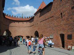 ポーランドのワルシャワへ その4  旧市街・新市街は見どころ満載! バルバカンからカトリック教会へ。。