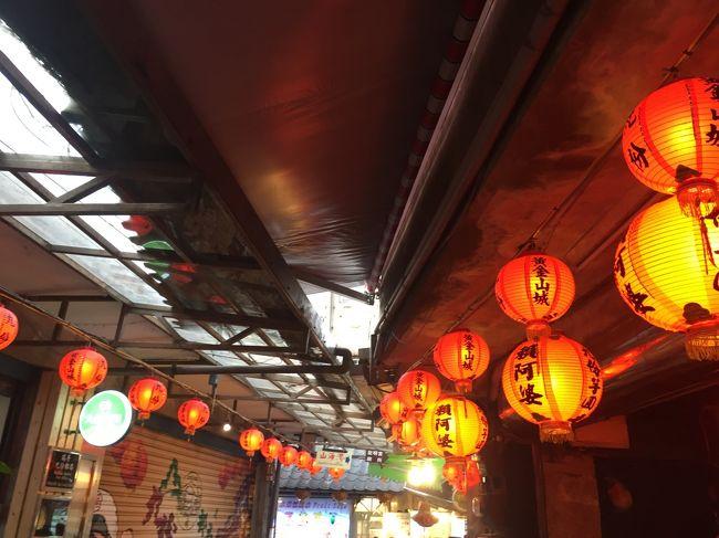 昨年マンゴーを求めて台湾を縦断したoneone夫婦でしたが、第一目的の玉井には行けず、リベンジの旅として計画した今回の台湾旅です。玉井のマンゴー市場にたどり着けるといいけど・・・。<br />暑さを覚悟してのマンゴー最盛期の7月に乗り込みます。久しぶりにいつもの旅仲間Y夫婦、A夫婦を誘って3家族での旅の始まりです。しかし計画途中でY夫婦の都合がつかず2夫婦の旅となりました。3夫婦での旅は来年への宿題です。期待しましょう。<br />アジア路線では初めてLCCに挑戦します。ジジ・ババですので、早朝、深夜の発着便を避けてタイガーエアに決定です。<br />7/ 4   成田発11:35発ー高雄着14:45 高雄泊<br />7/ 5   台南泊<br />7/ 6   台中泊<br />7/ 7-9 台北泊<br />7/10 台北発14:24発ー成田着18:50<br />台北二日目<br />市内観光か十份かを悩んだ末、故宮博物院は平日のほうが空いているだろうと、十份、九份を選択したジジ・ババです。<br />いつものように平渓線で瑞芳まで、平渓線に乗り換えてまず十份で点燈あげと十份瀑布、九份に移動してできることなら提灯に明かりがともる夕暮れ時の份分が目当てです。<br />j子さんは初台湾ですので、この風景を楽しんでもらいたいと思っています。<br />台北三日目<br />j子さん夫妻は、j子さんの親族と関わりのの深い故宮博物院を回り、私たちはホテルのドアマンから仕入れた情報を頼りに温泉に向かい、お昼にホテルで合流。<br />前日激混みであきらめた鼎泰豐で小龍包のランチ。その後市内観光で台湾の旅の締めくくりとします。