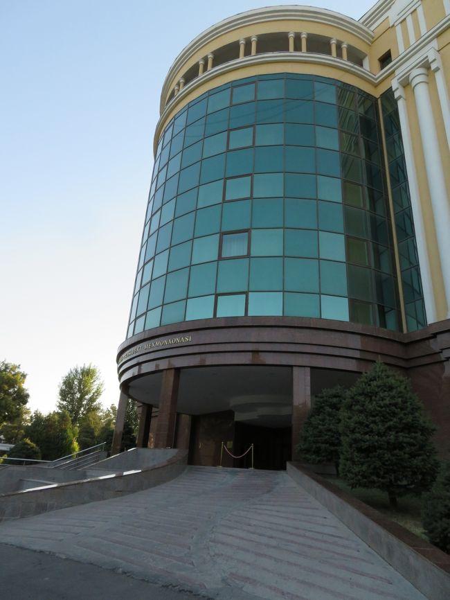 今年の旅行先はウズベキスタン。<br /><br />40超えのババアには堪える暑さだとわかってはいましたが、やっぱりバテバテで帰ってきました。<br /><br />暑い時期で旅行客は少ないだろうと考え、到着した日の夜行列車とホテルの予約だけしたのですが、ブハラ→サマルカンドのチケットが取れず、懐に大打撃をくらいました…。<br /><br />7月27日<br />福岡空港→仁川空港、仁川空港で友達と合流<br />仁川空港→タシケント空港<br />タシケント空港→タシケント駅<br />タシケント駅から夜行列車→<br /><br />7月28日<br />早朝ブハラ着<br />ブハラ観光、ブハラ泊<br /><br />7月29日<br />ブハラ→サマルカンド<br />この間の鉄道が満席でチケット取れず( ω-、)<br />タクシーで移動<br />サマルカンド観光、サマルカンド泊<br /><br />7月30日<br />サマルカンド観光、サマルカンド泊<br /><br />7月31日<br />サマルカンド駅→タシケント駅(鉄道)<br />タシケント観光&amp;買い物<br />タシケント空港→<br /><br />8月1日<br />朝、仁川空港着<br />ソウルで買い物<br />仁川空港→福岡空港→博多駅→自宅
