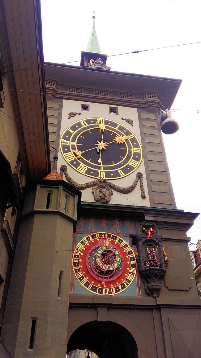 ユングフラウヨッホへ行く予定でしたが天気がよくないのでベルンへ行きました。グリンデルヴァルトからクライネ・シャウデック、ラウターバーネン、インターラーケン、ベルンと鉄道を乗り継ぎました。ベルン駅は近代的な建物でした。駅前から続く旧市街の町並みは中世のベルンの様子が想像できるようです。牢獄塔、歴史博物館の前を通り、熊公園までアーレ川沿いを歩きました。熊公園からは時計塔、バグパイプ吹きの噴水を見てベルン駅へまっすぐに戻りました。<br />