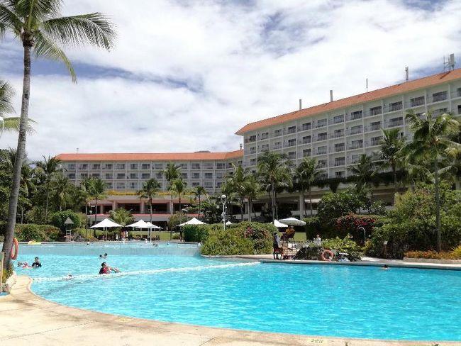 7月開業したばかりのセブ・マクタン空港に、久しぶりのフィリピン航空利用で行ってきました。<br />ホテルは、これも久しぶりのシャングリラホテルです。<br />といっても、2泊だけですけどね^^;<br /><br />翌日からはシティにステイ!<br />美味しい料理を楽しんだ後は、再度マクタンに戻り。<br />2日間のダイブですが、今回の1本目は私の200本記念ダイビングです。<br /><br />ダイブショップで記念イベントを準備してくれるとのことで、<br />行く前からワクワクのセブ旅行!<br />マクタンの海では大物にも遭遇して、ホントにいい記念になりました。<br /><br />この時期の日本は酷暑でしたからね・・<br />期せずして暑いセブでの避暑となり、心も体も癒されました^^<br /><br /><br /><br />