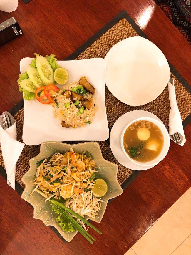 タイバンコクへの旅行を決めたのは一週間前で、大学生の私達にとってはかなり弾丸の海外旅行でした。ツアーでシーロム駅前のビジネスホテルに三泊四日で旅行しました。市内のショッピングと市内西部に集められている有名な寺院など色々な海外体験をしました。その中でもタイを感じたのはやはり特徴的なタイ料理でしょうか。有名なトムヤムクンやパッタイはもちろん、パッポンカレーやココナッツカレーなどのエスニックなカレー料理、マンゴースイーツなどを楽しみ、旅行自体は格安ではあるものの豪華な食の思い出が作れました。<br />一つ新しい思い出になったのは、詐欺にあったことです。ホテルの最寄り駅でアラブ人を装う男女二人組に日本円を見せてくれと頼まれました。怪しい雰囲気だったのと実際に日本円を持ち合わせていなかったのでさり気なく断りその場を立ち去った後Googleで検索してみたところバンコクでは有名な詐欺らしいのでこれからご旅行の方はお気をつけください。詐欺に合うのもお金を実際に取られなければ海外での楽しい思い出ですね笑。