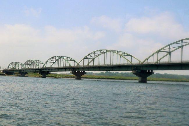 河川行政に関する仕事をしている関係で、千葉県東庄町から香取市までの利根川下流部約20kmの区間を船で遡上し、見学する機会がありました。<br /><br />香取市や東庄町は私の地元なので、日頃から利根川や利根川に架かる橋を陸上からはよく見ていますが、船上から望むのは今回が初めて。<br />普段見慣れている景色も、いつもとは全然違う一面を覗うことができました。<br /><br />「水の郷さわら」で船を降りた後は、「水の郷さわら」でそのまま会議。<br />会議終了後、JR佐原駅で解散しました。