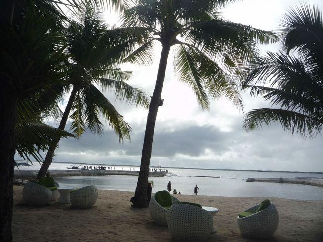 航空券とホテルのセット。あとは、自力旅で、ジンベイ鮫と泳ぐため、フィリピンへ。<br />フィリピンと言えば、セブ島!くらいの知識しかなく、出かけたところ、リゾートホテルの集まってるのは、セブ島隣のマクタン島で、ホテル敷地内のみ別世界!ホテル周囲とのギャップに驚き<br />(〇o〇;)の1日目。<br /><br />(なお、なかなか旅行記を作成する時間なく、18ケ月も前の旅ですので、今とはいろいろ異なってるかもしれません、あしからず)
