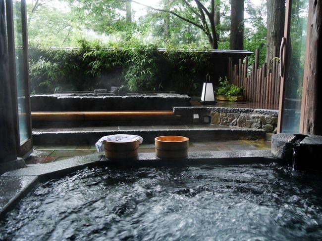 ついに還暦を迎え、そのお祝いにと予約が取りにくい人気の仙仁温泉 岩の湯 を家族が取ってくれて1泊2日で出かけました。<br /><br />初日は、まず松本城を訪れ、お昼は「みよ田」で蕎麦のコースをいただき、おやきの「さかた」に立寄り。<br /><br />旅館には15時過ぎに到着し、温泉にたっぷり浸かり、夕食はたくさんの美味しい料理に大満足。<br />係りの方の優しい心配りにも感動しました。<br /><br />2日目は遅めの朝食をとって、11時ごろにチェックアウト。<br />須坂市内で味噌蔵を見学し、戸隠神社まで足を延ばし、中社と奥社を巡りました。