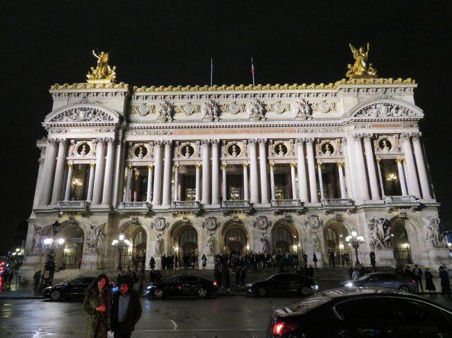 今回の旅行。パリで暮らす、モンサンミッシェルを訪ねる、オペラを観る。これらがメインです。オペラのようなコンサート鑑賞や(プロ)スポーツ観戦は日程が限られるため、美術館見学などの観光に比べどうしても特別なイベントになります。飛行機の予約で決まった今回の旅行日程の中に、オペラ公演があったことはとても幸運でした。しかもバスティーユではなくガルニエで。<br /><br />今夜はメインイベントのひとつ、オペラ鑑賞のためパレ・ガルニエにやってきました。演目はモーツアルトの作品、『皇帝ティートの慈悲』。フランス語表記では&quot;LA CLÉMENCE DE TITUS&quot;です。<br /><br /><br />