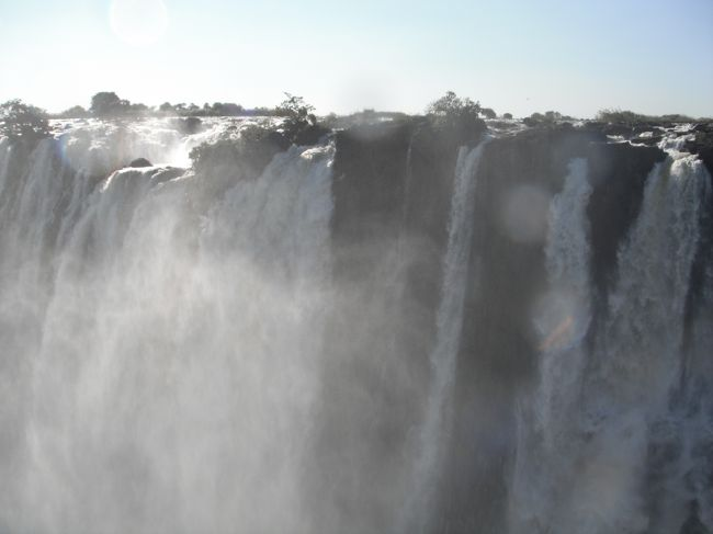 遂に来た!ビクトリアフォールズです。エチオピア航空利用のツアー、アジスアベバからビクトリアフォールズへの便のキャンセルに遭い、一日遅れでやっとたどり着き、訪れることが出来たビクトリアフォールズのザンビア側を纏めました。<br /><br />トラブルが多かったこのツアーの様子はこの旅行記です。<br />https://4travel.jp/travelogue/11257362