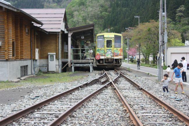 2017年のゴールデンウイーク、能登半島と福井を回ってきました。<br />旅の目的は、<br />①奥能登をバスで巡る。<br />②のと鉄道の廃線跡を巡る。<br />でした。<br />奥能登のバスは平日しか運行しないものが多く、計画に苦労しました。<br />石川や福井の観光地はともかく、道の駅はどこへ行っても人がたくさんいました。<br />その22は、越美北線乗車と帰路編です。<br /><br />その1 出発と金沢編http://4travel.jp/travelogue/11239508<br />その2 七尾編http://4travel.jp/travelogue/11241561<br />その3 のと鉄道乗車編https://4travel.jp/travelogue/11244073<br />その4 のと鉄道能登線廃線跡巡り・穴水編https://4travel.jp/travelogue/11372144<br />その5 のと鉄道七尾線廃線跡巡り・能登三井編https://4travel.jp/travelogue/11374042<br />その6 北鉄奥能登バス町野線乗車とのと鉄道能登線廃線跡巡り・宇出津編https://4travel.jp/travelogue/11376155<br />その7 のと鉄道能登線廃線跡巡り・羽根と宇出津編https://4travel.jp/travelogue/11383249<br />その8 のと鉄道能登線廃線跡巡り・恋路・九十九湾小木編https://4travel.jp/travelogue/11385647<br />その9 のと鉄道能登線廃線跡巡り・松波・鵜飼編https://4travel.jp/travelogue/11385748<br />その10 のと鉄道能登線廃線跡巡り・南黒丸編https://4travel.jp/travelogue/11387564<br />その11 のと鉄道能登線廃線跡巡り・鵜島と見附島編https://4travel.jp/travelogue/11387605<br />その12 のと鉄道能登線廃線跡巡り・鵜飼編https://4travel.jp/travelogue/11387918<br />その13 のと鉄道能登線廃線跡巡り・飯田編https://4travel.jp/travelogue/11387940<br />その14 のと鉄道能登線廃線跡巡り・珠洲編https://4travel.jp/travelogue/11388174<br />その15 北鉄奥能登バス木の浦線・大谷線乗車と禄剛崎と窓岩編https://4travel.jp/travelogue/11388405<br />その16 のと鉄道能登線廃線跡巡り・宇出津・矢波編https://4travel.jp/travelogue/11388771<br />その17 奥能登から福井への移動編https://4travel.jp/travelogue/11388822<br />その18 えちぜん鉄道三国芦原線乗車編https://4travel.jp/travelogue/11389732<br />その19 えちぜん鉄道三国芦原線乗車編https://4travel.jp/travelogue/11390369<br />その20 えちぜん鉄道・福井鉄道直通列車乗車とえちぜん鉄道勝山永平寺線乗車編https://4travel.jp/travelogue/11390781<br />その21 続・えちぜん鉄道勝山永平寺線乗車と大野編https://4travel.jp/travelogue/11390891