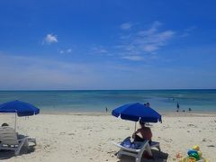 久米島と沖縄本島(2)久米島イーフビーチの青い海。ビーチパラソルで夏満喫