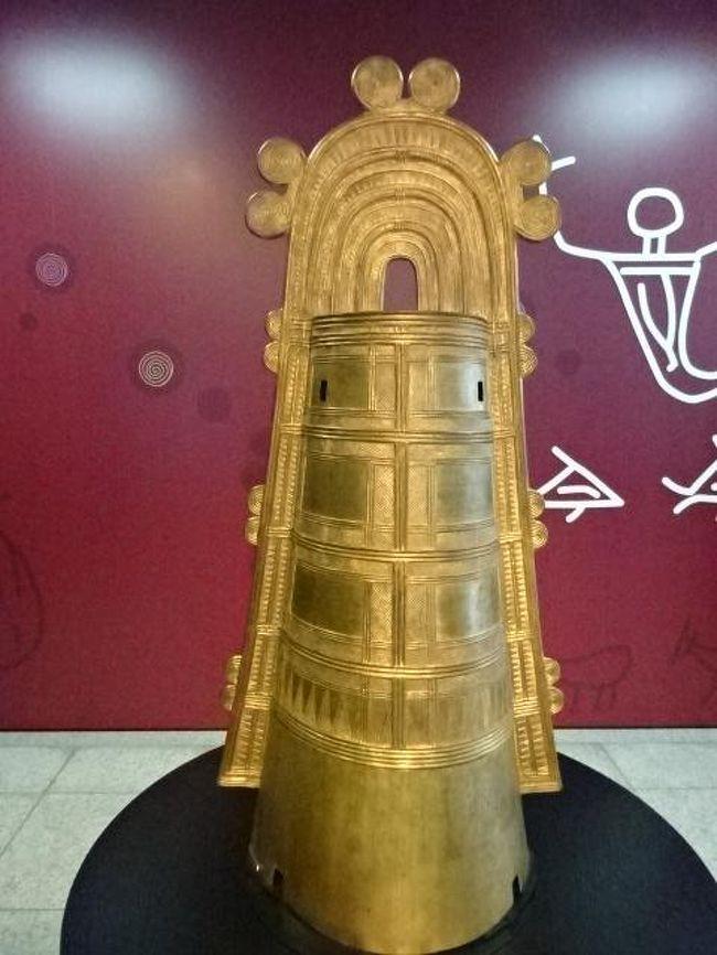 青春18キップを初めて使って、木曽福島宿、姫路・赤穂を歩いてきました。<br />今回は野洲と近江八幡を1泊2日で訪問します。<br />野洲は日本最大の銅鐸が出土した場所で、銅鐸博物館で銅鐸関係を展示しています。<br />今回銅鐸博物館を見学して、がっかりしました。<br />撮影禁止というグローバル基準でないことに加え、展示品の解説資料も品切れで買えない。<br />解説資料を再版する予算をつけない。<br />仕方ないので、解説資料を白黒コピーしてもらいました。<br />野洲市って、日本有数の残念な市ですね。<br />日本最大の銅鐸という観光ソフトを活用する意思も無ければ、努力もしない。<br />野洲市に住む人たちのアイデンティティを確立する意思も無ければ、努力もしない。<br />野洲市に住む人で郷土が誇る銅鐸の資料を購入したい人は、購入できない貧弱な野洲市。(図書館で借りればいいと思っているのでしょうか)<br />京都、大阪のベッドタウンだけでいいと思っているのでしょうか、野洲市役所の面々。<br />それなら提案します。京都、大阪の飛び地にしてもらいなさい。<br />市長も市会議員も不要。市役所職員も半減できます。<br />このあとの近江八幡市とは真逆の街でした。<br />表紙は撮影可の日本最大の銅鐸のレプリカです。