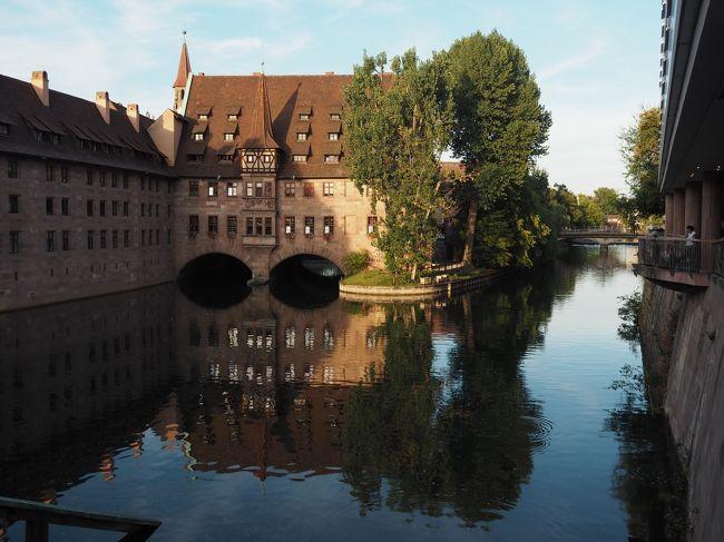 ドイツ夏旅 2日目 ヴュルツブルクからニュルンベルクへ移動。<br />ニュルンベルクの駅からすぐのホテルに一泊します。<br />2日目到着時と、3日目午後のニュルンベルクにて。<br /><br />(補足)レイルパスはDBドイツ鉄道のホームページから「7日間の連続タイプ」で購入、PDFで受け取り、プリントアウトして持参、車掌検察の時に見せました。予備に数枚プリントして行きましたので無くしても大丈夫!<br />パスポートの提示はICEに乗ったときだけだった(それも、毎回ではありませんでした)<br />ホームページから購入すると連続タイプなので開始日と終了日が入り、キャンセルはできませんが、validationは不要です。<br />旅行会社を通さず買えますので、最安だと思います!<br />(また、ドイツ現地でもDBで購入出来るようですね)<br /><br />DBの購入ページです。<br />https://www.bahn.com/en/view/offers/passes/german-rail-pass.shtml<br /><br />DB Navigatorのアプリは便利です。<br />https://www.bahn.com/en/view/booking-information/booking/db-navigator-app.shtml<br />時刻表、切符を購入(指定席も選べます)、何番線から出るか、プラットフォームのどの位置から乗るか、などなども出ます。<br /><br /><br />《スケジュール》<br />8月11日(土) 成田→ヘルシンキ→フランクフルト(フィンエアー)<br />       フランクフルト空港駅→ヴュルツブルグ(泊)<br />★8月12日(日)ヴュルツブルグ→ニュルンベルク(泊)<br />★8月13日(月)ニュルンベルク→レーゲンスブルク→ニュルンベルク→バンベルク(泊)<br />8月14日(火)バンベルク→エアフルト→ワイマール→エアフルト(泊)<br />8月15日(水)エアフルト→アイゼナハ→エアフルト→ライプチヒ(泊)<br />8月16日(木)ライプチヒ→(ドレスデン)→ザクセンスイス→(ドレスデン)→マイセン→ライプチヒ(泊)<br />8月17日(金)ライプチヒ→ベルリン(泊)<br />8月18日(土)ベルリン→リューベック→リューネブルク→ベルリン(泊)<br />8月19日(日)ベルリンテーゲル空港→ヘルシンキ→成田<br />8月20日(月)帰国