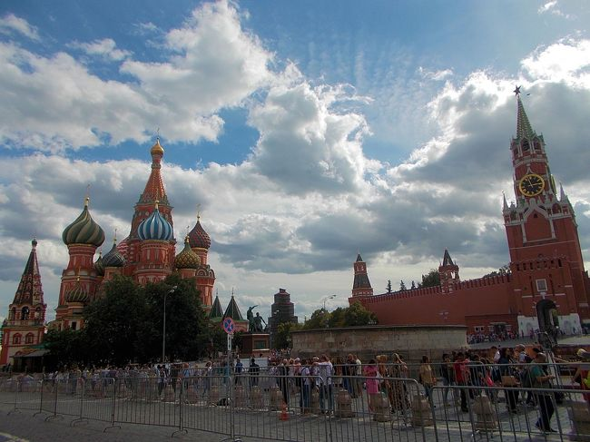 9連休の夏休みに選んだ旅先は、<br />久しぶりの西側/ヨーロッパ方面に・・・<br /><br />まず、とりあえずロシアに行ってみたいと航空券を探したところ<br />関空から仁川までピーチで行って一泊し、<br />次の日、エア・アスタナでアルマトイ経由でモスクワ入りすると安いことが分かりました<br /><br /> ピーチ:24440円<br /> アスタナ:63720円<br /><br />モスクワまで行った後は、当然 サンクトペテルブルクにも移動します。<br />そうすると、近くにタリンという世界遺産の町があって、<br />さらにはリガ、ビィリニュスと いわゆるバルト三国を周遊するプランが成立します。<br /><br />問題は、それぞれの観光地が移動含めて1日、観光に充てられるのは半日しかない中でどこまで楽しめるかですが、弾丸は毎度のことなので多分大丈夫という訳で旅立ちました\(^o^)/<br /><br />【旅程】<br />8/11 関空 ⇒ 仁川    <br />8/12 仁川 ⇒ (アルマトイ) ⇒ モスクワ  <br />8/13 モスクワ ⇒ サンクトペテルブルク ←今回はココ<br />8/14 サンクトペテルブルク<br />8/15 サンクトペテルブルク ⇒ タリン<br />8/16 タリン ⇒ リガ<br />8/17 リガ ⇒ ビィリニュス<br />8/18 ビィリニュス ⇒ (モスクワ) ⇒ (アルマトイ) ⇒<br />8/18 ⇒ (仁川) ⇒ 関空<br /><br />--------------------------------------------------------<br />2018 夏 ロシア&amp;バルト三国の旅  全6巻<br /><br />①まず、仁川・アルマトイ経由でモスクワまで<br />https://4travel.jp/travelogue/11391575<br /><br />②ガチ駆け足でのモスクワ観光の巻<br />https://4travel.jp/travelogue/11393248<br /><br />③芸術いっぱいの町 サンクトペテルブルクの巻<br />https://4travel.jp/travelogue/11394189<br /><br />④メルヘンと尖がりいっぱいの街タリンの巻<br />https://4travel.jp/travelogue/11396996<br /><br />⑤クマ出没注意!?リガの巻<br />https://4travel.jp/travelogue/11399379<br /><br />⑥不思議?なビリニュスの巻<br />https://4travel.jp/travelogue/11404577<br /><br />