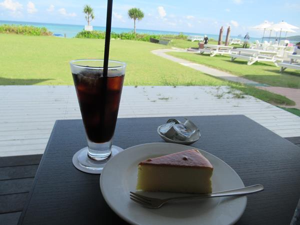 ダイビングかホテルに戻って来たのは午後3時近く。遅いランチは久米島イーフヴィー地ホテルのラウンジ「ビーチカフェ」で、久米島産車海老が入った車海老ドッグ。そしてケーキセット。海辺のカフェで過ごす贅沢な時間を満喫します。<br />そしてレンタサイクルを借りて島のスーパーとファミマへ。なんとファミマでは島のパン屋さんで焼いたとってもおいしいパンがあって驚きでした。
