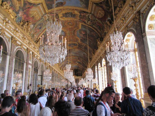 午前中はルーブル美術館を見学。午後はヴェルサイユ宮殿へと少しハードな日程でしたが、宮殿の中に入るとその豪華さに驚きの連続でした。<br /> 学生時代に「世界史」で学んだルイ14世が確立した絶対王政と華やかなヴェルサイユ文化、マリーアントワネットとフランス革命。フランスの歴史の舞台となったヴェルサイユ宮殿を十分に体感することができました。<br /> パリに戻ると、奇跡を起こすメダル(女性に人気)として知られている『奇跡のメダイユ協会』を訪れました。街の中にひっそりと佇む小さな聖母教会ですが、敬虔な祈りを捧げる人たちがいっぱいでした。