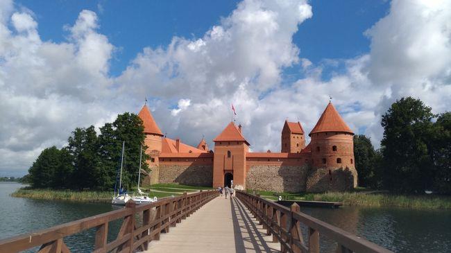 2018年の夏休み、スタアラ特典ビジネスで家内とバルト三国+ポーランド周遊旅行に行ってきました。<br />その②はリトアニアのシャウレイ・十字架の丘、カウナス、トラカイ、ビリニュス編です。エストニアとラトビアは首都だけでしたが、リトアニアは4か所を観光、それぞれ違う雰囲気で楽しめました。<br />主な日程は以下の通りです。<br /><br />08/02(木) TK053便 成田 21:25-イスタンブール 03:35+1<br />08/03(金) TK1423便 イスタンブール 08:15-タリン 11:35<br />                到着後 タリン観光<br />        Hotel Telegraaf Autograph Collection 泊<br />08/04(土) 午前中 タリン観光<br />                LUX タリン15:00-リガ19:25<br />        Avalon Hotel &amp; Conferences 泊<br />08/05(日) 終日 リガ 観光<br />        Avalon Hotel &amp; Conferences 泊<br /><②はここからです><br />08/06(月) Ollex リーガ 09:00-シャウレイ 11:25<br />               到着後 シャウレイ・十字架の丘観光<br />               バス  13:10シャウレイ-16:00カウナス<br />               到着後 カウナス観光<br />         Ibis Kaunas Centre 泊<br />08/07(火) バス 7:30カウナス-9:00ビリニュス<br />               到着後 トラカイ観光<br />               午後 ビリニュス観光<br />          Novotel Vilnius Centre 泊<br />08/08(水) 午前中 ビリニュス観光<br /><②はここまでです><br />               LO0772便 ビリニュス 13:40-ワルシャワ 13:45<br />               LO3901便 ワルシャワ 14:50-クラクフ 15:45<br />          Hotel Indigo Krakow Old Town 泊<br />08/09(木) 午前 ビェリチカ岩塩抗観光<br />               午後 クラクフ観光<br />               夕刻 アウシュビッツ観光<br />          Hotel Indigo Krakow Old Town 泊 <br />08/10(金) EIC3126 08:26クラクフ-11:04ワルシャワ <br />               到着後 ワルシャワ観光<br />          Warsaw Marriott Hotel泊<br />08/11(土) 午前中 ワルシャワ観光<br />               CA738便 ワルシャワ 14:10-北京 04:50+1 <br />08/12(日) NH964便 北京 08:25-羽田 12:50