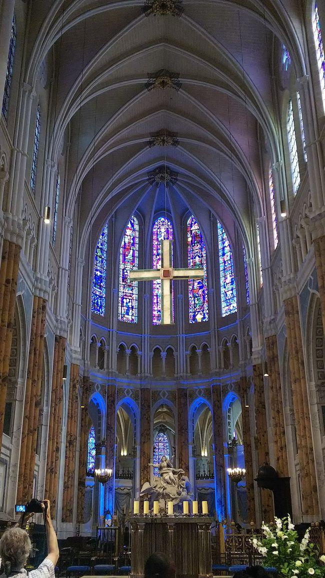 写真コメント:<br />世界遺産のシャルトル大聖堂!!<br />事前にガイドブック等で調べてなかったのであまりの美しさに驚き&感動しました。<br />下調べせずに行くのもいいものですね(^^♪