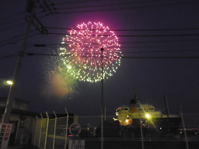 2018年は8月4日に行われた横須賀開国花火大会へ行ってきました。<br />海で上げられる花火は見ることのできるエリアも広く、この日の横須賀の町は花火一色です。<br />うみかぜ公園から三笠公園に移り、三笠公園から少し離れた新ふ頭で見学です。