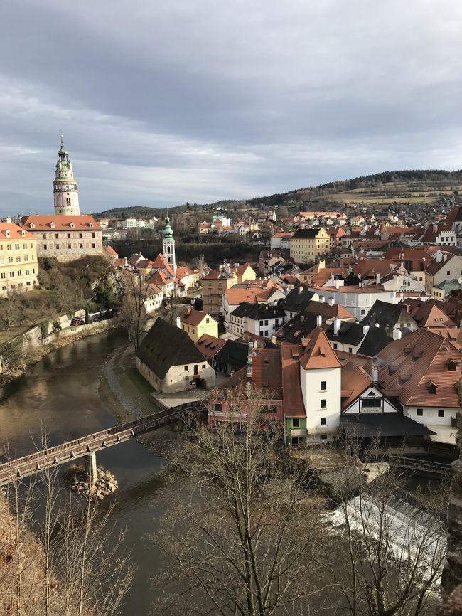 オーストリア(ウィーン)からチェコ(チェスキークロムロフ・プラハ)<br /><br />ウィーンの街並みを満喫し、次なるチェコ(プラハ)に向かうのに、チェスキークロムロフを経由することにしました。<br />せっかくチェコに行くのに、世界遺産でもありおとぎの国のチェスキークロムロフを外すのももったいない。<br /><br />チェスキークロムロフはチェコ・南ボヘミア州の小さな都市。<br />クルムロフ城を含む優れた建築物と歴史的文化財で知られる。<br /><br />行程表<br />1月 5日 オーストリア(ウィーン)→チェコ(チェスキークロムロフ)→チェコ(プラハ)CKシャトルにてチェスキークロムロフインフォメーション→博物館→聖ビート教会→メイン広場→博物館→修道院→クロムロフ城→街並み散策→インフォメーション→チェスキークロムロフANバス停→プラハ着<br />
