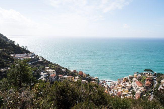 北イタリアの対象的な2つの絶景を巡る旅。<br />最初に訪れたのはリグーリア海に面した5つの村、チンクエ・テッレ。海沿いの崖にへばりつくようにカラフルな家が立ち並びます。シーズンオフで列車が1時間に1本と少なくて遊覧船も運航しておらず、営業している店も少なくて不便でしたが、その分観光客が少なくてゆっくりと街を巡り景色を眺めることができました。<br />次に訪れたのはアルプスの麓の街、アオスタ。古代ローマがガリアに通じる街道の要衝に築いた街で、街中や街道沿いに遺跡が多く残っています。当時の街の中心の通りが今もそのまま使われていて、往時の人々の息吹を感じられる街です。アオスタ・バレーに残る古代ローマ遺跡を訪れたほか、東にある谷を遡って誰もが知っている名峰の別の姿も楽しみました。<br /><br />☆?★?☆?★?☆?★?☆?★?☆?★?<br />【6】チンクエ・テッレの絶景ドライブ<br /> チンクエ・テッレ最後の日の続き。<br /> 絶景カフェで充実感に浸った後、ラ・スペツィアとモンテロッソ・アル・マーレを結ぶ道をドライブします。斜面の上の方からチンクエ・テッレを見下ろす眺めは写真でも見たことがなく、新鮮です。海が青とも緑とも言い難い色で、陽光と雲の影で斑になった様子は絶景です。<br /> 夕方太陽は雲の後ろに隠れてしまいましたが、日没間際に雲の下に顔を出し、夕日の名所マナローラの家並みを赤く染めるところを見ることができました。<br /> そしてその後アオスタまで370kmの移動。<br /> 盛り沢山な一日でした。<br /><br />☆?★?☆?★?☆?★?☆?★?☆?★?<br /><br /> 1 天気予報は8日間ずっと雨・・・<br /> 2 チンクエ・テッレを味わい尽くす・その1<br /> 3 チンクエ・テッレを味わい尽くす・その2<br /> 4 雨のち晴れ<br /> 5 リオマッジョーレ最後の散歩と絶景カフェ<br />>6 チンクエ・テッレの絶景ドライブ<br /> 7 モンテ・チェルビーノ 誰もが知ってる名峰の別の顔<br /> 8 古代ローマ都市アオスタのローマ遺跡巡り<br /> 9 イタリアとガリアを結ぶアオスタ・バレーのローマ遺跡三昧<br />10 雨に煙る古城