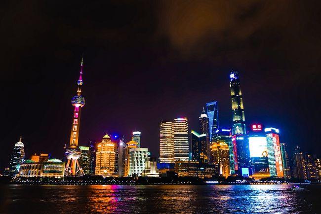 二泊三日、現地滞在約55時間の週末弾丸旅。ホテル+飛行機パックで3万弱の激安旅行。<br />期待以上に満喫できた上海。ただ空気が臭くて、1時間に2回はクサイって言ってた気がする。<br /> そして今回は一眼じゃなくて、コンデジだけ持ってって写真撮ってみた。