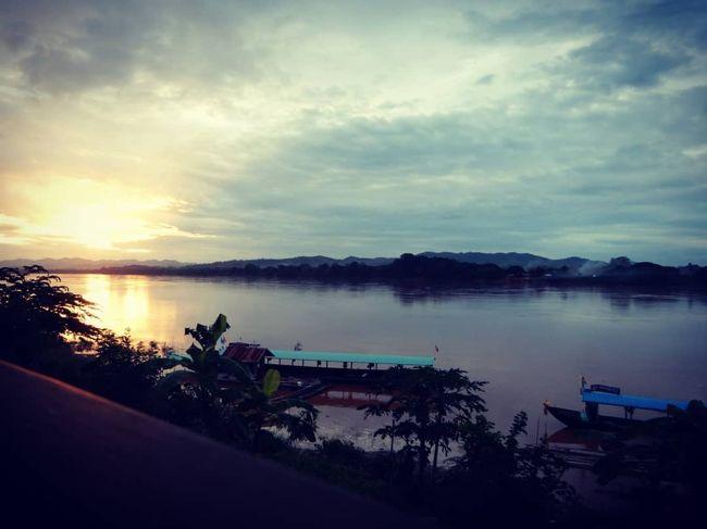 チェンカーンと言えば、メコン川に沈む夕日が名物だそうで、<br />他の方のブログや旅行記を見て楽しみにしていました。<br />雨季に遊びに行く時点で少し覚悟はしていましたが、曇っていて、<br />残念ながら、ブログなどで拝見していたような夕日は見れませんでした泣<br />それでも雄大なメコン川に夕日が沈むのを眺めるのは素晴らしい体験となりました。<br /><br />夜は、たまたま見つけたクラフトビールのお店が素敵だったので、<br />2晩とも通ってしまいました。<br /><br /><br />日程は下記のとおりです。<br /><br />《スケジュール》<br />1日目 バンコク到着(NRT-DMK スクート)<br />2日目 チェンカーンへ一人旅(DMK-LOE エアアジア+ミニバン送迎付き)★<br />3日目 チェンカーン ゲーンクックーまでサイクリング<br />4日目 チェンカーンからバンコクへ戻る(LOE-DMK ノックエア+ミニバン送迎付き)<br />5日目 バンコクで休憩。買い物など。<br />6日目 アユタヤ日帰り観光 ワットチャイで民族衣装借りて撮影会<br />7日目 3年ぶりのサメット島<br />8日目 サメット島からバンコクへ戻り、ドンムアンへ、帰国<br /><br />ちょっと詰め込めすぎて、序盤から終始疲れ果てていました笑<br /><br /><br /> 2018年8月 ひさしぶりのタイ旅行① ドンムアン到着と久しぶりのタイ料理(^o^)<br />  https://4travel.jp/travelogue/11394532<br /><br /> 2018年8月 タイ旅行② バンコク→チェンカーン 素敵なゲストハウス到着<br />  https://4travel.jp/travelogue/11394978<br /><br /> 2018年8月 タイ旅行③ チェンカーンの街並み<br />  https://4travel.jp/travelogue/11397042<br /><br />★2018年8月 タイ旅行④ チェンカーン メコン川の夕日とクラフトビール<br />  https://4travel.jp/travelogue/11397191<br /><br /> 2018年8月 タイ旅行⑤ チェンカーン ゲーンクックーへサイクリング<br />  http://4travel.jp/travelogue/11397192<br /><br /> 2018年8月 タイ旅行⑥ チェンカーンからバンコクへ <br />  https://4travel.jp/travelogue/11397534