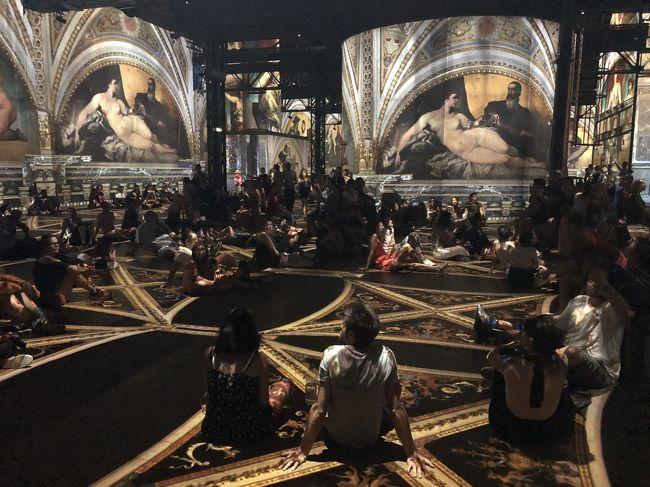 今回のパリ長期滞在では、定番から少し外れた素敵な場所にたくさん行きたいなと連れと話していました。<br /><br />旅行中にお世話になったINSIDRさんから、Atelier des Lumieresというデジタルアートの美術館をおすすめされたので行ってみることに。<br /><br />館内ではGustav Klimtというアーティストの芸術が光と映像の共演で楽しめるイベントが開かれていました。<br /><br />30分間の間に、様々なエフェクトで芸術を楽しめる仕掛けが満載で、思わず口をおっぴろげにしたまま鑑賞(笑)<br /><br />ここすごくおすすめです。特に普通の美術館巡りに飽きちゃった方ならすごく新鮮で楽しめると思います。<br /><br />INSIDRさん毎度毎度おすすめ情報ありがとね(笑)<br /><br />入場料は14.5ユーロでした(^^)<br /><br />英語、フランス語が出来る方はぜひAtelier des Lumieresのホームページもチェックしてみてください。<br />https://www.atelier-lumieres.com/<br /><br />INSIDRさんに旅のおすすめを聞いてみたい方はぜひ連絡してみてください。多分教えてもらわなかったらこの場所見逃してた(笑)<br />https://insidr.co/ja/?utm_source=4travel