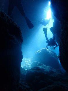 久米島と沖縄本島(19)慶良間ブルーの世界へ。洞窟ダイビングではゆらめく太陽のスポットライト