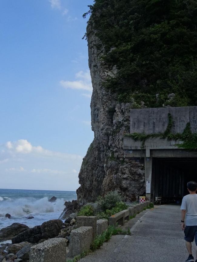 曽々木海岸に迫る岩倉山。<br /> 「能登の親不知」と呼ばれる難所。<br /> その断崖を貫く、壊れかけたトンネルを探検する。