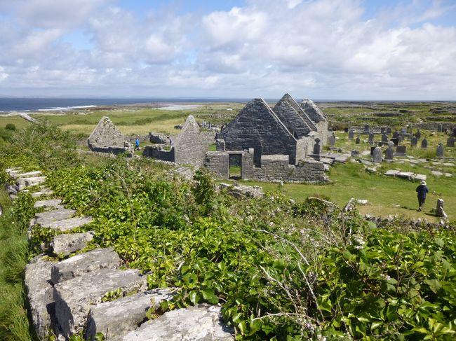 アラン諸島へ<br /><br />ゴールウェイからさらに西へ<br />北大西洋に浮かぶ3つの島、ここがケルト文化を色濃く残す最果ての島、アラン諸島<br /><br />ブルターニュに続くケルトの地巡り第2弾は、ゲール語が日常的に使われている、というGaeltachtゲールタハト(アイルランド・ゲール語保護地区)の島<br /><br /><br /> ジャイアンツコーズウェイ&ベルファスト<br /> ゴールウェイ<br />★アラン諸島<br /> モハーの断崖&バレン高原<br /> ダブリン<br /> キルケニー<br /> ダブリン→帰国