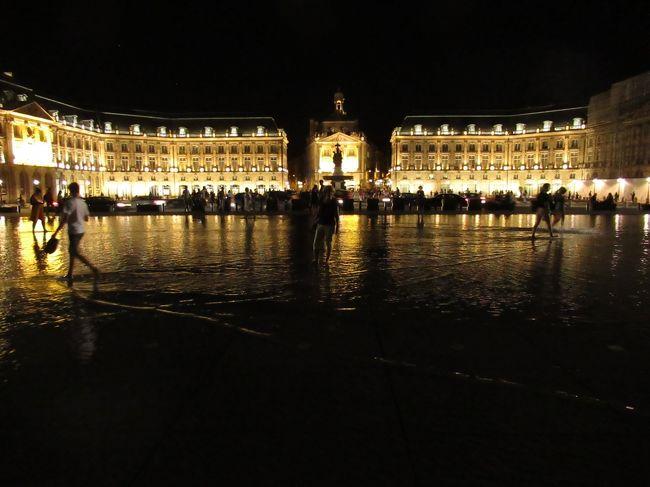 ついに憧れのバスク地方へ<br />40代女二人、フィガロとグーグルマップを手に初めてのフランスレンタカー旅行を敢行。<br /><br />まずは羽田~パリ乗り換え~ボルドー編<br />ボルドーに行った人の話は聞いたことがなかったけど、こんなに美しい街だったなんて♪<br />そして、フランスで初めての電車移動。TGVに置いて行かれて涙(;;)<br />知らないって怖い!ようようビアリッツへ到着するまでをまとめました。