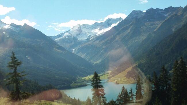 2018年10月4日(木)~16日(火)迄、ユーラシア旅行社主催「オーストリア、世界遺産巡りと湖水地方の旅 13日間」に参加しました。その一日毎の旅行記です。主な行程は以下の通りです。<br />1日目 オーストリア航空直行便にて ウィーンへ <br />    バスにてアイゼンシュタットへ<br />2日目 アイゼンシュタット市内観光 セメリンク鉄道乗車 グラーツへ<br />3日目 グラーツ市内観光 ハイリゲンブルートへ<br />4日目 ツェル・アム・ゼー アルプス山岳鉄道 フランツヨーゼフヘーエ    の展望台 ツェル・アム・ゼー泊<br />5日目 ゲルロス・パス街道経由マイヤーホーフェン SL列車乗車<br />    インスブルック泊<br />6日目 インスブルック市内観光 アルプバッハ ザルツブルク2連泊<br />7日目 ザルツブルク観光<br />8日目 ザツルカンマーグート地方へ ザンクトギルゲン <br />    ハルシュタット2連泊<br />9日目 ハルシュタット観光<br />10日目 メルクへ ドナウクルーズ バスにてウィーンへ<br />    モーツアルト・コンサート ウィーン2連泊<br />11日目 ウィーン市内観光 シェーンブルン宮殿、シュテファン寺院<br />12日目 ウィーン市内にてショッピング <br />    オーストリア航空直行便にてOS51便にて帰国<br />13日目 成田着