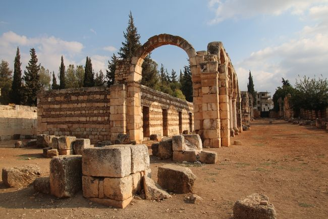 中東の3大遺跡と呼ばれるうち、IS(イスラミックステート)に破壊されてしまったシリアのパルミラ遺跡とヨルダンのペトラ遺跡は昔、訪れたが、レバノンのバールベック遺跡は未だ行ってなかったので、今回ツアーに参加してきた。<br />中東地域の多くは、最近の情勢から外務省が危険情報が出ている事もあって、行く機会も減ったが、久しぶりに訪れてみると、あのアザーンの音も懐かしく感じた。<br />レバノンは、地政学的に言って周辺諸国から紛争に巻き込まれたり、内戦も続いたが、私が旅行した地域は、国連の平和維持活動の武装車両も見かけたものの、街は賑やかで、物資も豊富、旅行者から見ると平和を取り戻した感じがした。全行程は8日間で、現地では、6日間滞在した。<br />世界遺産に登録された遺跡も多く見学してきたので、レバノンという国がどんな国なのか、ご覧になって下さる方の参考になれば幸いと思う。<br />今回はアンジャル編。