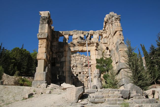 中東の3大遺跡と呼ばれるうち、IS(イスラミックステート)に破壊されてしまったシリアのパルミラ遺跡とヨルダンのペトラ遺跡は昔、訪れたが、レバノンのバールベック遺跡は未だ行ってなかったので、今回ツアーに参加してきた。<br />中東地域の多くは、最近の情勢から外務省が危険情報が出ている事もあって、行く機会も減ったが、久しぶりに訪れてみると、あのアザーンの音も懐かしく感じた。<br />レバノンは、地政学的に言って周辺諸国から紛争に巻き込まれたり、内戦も続いたが、私が旅行した地域は、国連の平和維持活動の武装車両も見かけたものの、街は賑やかで、物資も豊富、旅行者から見ると平和を取り戻した感じがした。全行程は8日間で、現地では、6日間滞在した。<br />世界遺産に登録された遺跡も多く見学してきたので、レバノンという国がどんな国なのか、ご覧になって下さる方の参考になれば幸いと思う。<br />今回はニハ遺跡編。