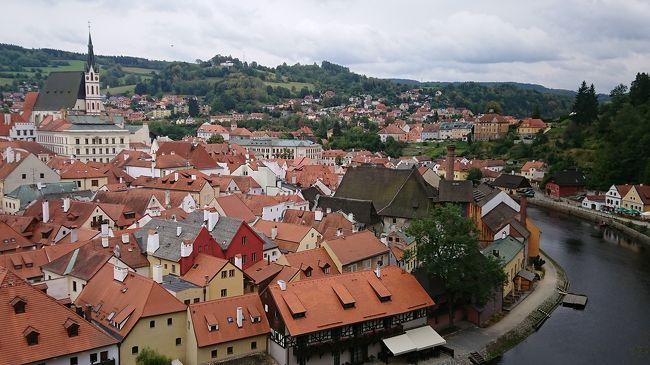 夏休みをいただいて、チェコに旅行に行って来ました。<br />行き先にチェコを選んだ理由は、<br />①英語は苦手ので、英語圏ではないところ<br />②一人旅は初めてで、ツアーでもないので、見所がある程度1つの都市に集中しているところ<br />で検討しました。<br />あとは、ミュシャが好きで、プラハ城・聖ヴィート大聖堂のステンドグラスや市民会館のお部屋など、日本には持ってこられなさそうな物は現地に見に行くしかないなぁ、と思ったのが決め手です。<br /><br />はじめての一人旅ということで、テーマは「ご安全に!!」<br />旅行記の投稿も初めてなので、見づらかったり拙かったりな箇所もあると思いますが、思い出につらつら書いていきたいと思います(*^^*) <br /><br />【日程】<br />8/22ターキッシュエアラインズ:TK053<br />21:25 発東京 (成田国際空港)<br />03:35 着イスタンブール(アタチュルク国際空港)<br /><br />8/23ターキッシュエアラインズ:TK1767<br />07:05 発イスタンブール (アタチュルク国際空港)<br />08:45 着プラハ(ヴァーツラフ・ハヴェル・プラハ国際空港)<br /><br />8/23~27 プラハ ホテル オペラ<br /><br />8/27 ターキッシュエアラインズ:TK1770 <br />19:20 発プラハ (ヴァーツラフ・ハヴェル・プラハ国際空港)<br />22:55 着イスタンブール(アタチュルク国際空港)<br /><br />8/28ターキッシュエアラインズ:TK052<br />01:40 発イスタンブール (アタチュルク国際空港)<br />19:10 着東京(成田国際空港)<br /><br />④はプラハ3日目です(*^^*)<br />今日はチェスキー・クルムロフまで行きます。
