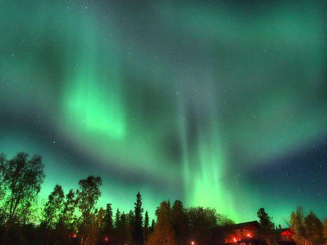 """そこへ来た皆がそれなりのお金を払って「一度は観たい」、「思い出を残したい」と思っていると思います。最低限の注意点と思うことを少々(せめて日本人から)。皆さんが守れればオーロラ鑑賞は一生の思い出になると思います。<br /><br />【オーロラ予報】<br />http://astronomynorth.com/aurora-forecast/<br />私の場合、""""オーロラ鑑賞延長""""ができる日に限りがあったので、予め延長する日の参考にしました。<br /><br />【カメラについて】<br />*性能が良い物を。家電量販店でカメラを買われる旅行前のおじいちゃん、おばあちゃんは、必ず「オーロラを撮りたい。明るく写せて、長いシャッタースピードに変えられるものを下さい」と伝えて買って下さい。現地でどうにもならないカメラを持った老夫婦に会いましたが…切な過ぎる結果で可哀想でした。<br /><br />*常に光る""""青い光""""は心底最低です!お手持ちの機材で青い光が常に光るカメラをお持ちの方は、日本に居るうちに何かで塞ぎ光が漏れないようにしましょう。私は2件、怒鳴りつけて消させました。本当に迷惑でした。<br /><br />・参考までに、私のオーロラの写真だけは全てOLYMPUSのOM-D E-M1で、レンズはM.ZUIKO DIGITAL ED 12-40mm F2.8 PROです。シャッタースピードばかり気にしてホワイトバランスをいじる余裕がなかったのが、写真我流者の反省点でした。<br /><br />【ライトについて】<br />日本から持ち込むのであれば100円ショップの品でも性能が良過ぎる可能性があります。眩し過ぎるからです。人混みから遠ざかる時用にはそれでも良いかも知れませんが、皆さんがオーロラ撮影している場所では""""足元が少し見えるか見えないか程度(昔懐かしの豆電球程度)の照明""""が理想ですし適当です。オーロラと一緒に写真に写りたい方は、オーロラヴィレッヂ利用であれば有料(C$25-15)で写してくれますし、データにして売ってもらえました(CD C$5)。"""