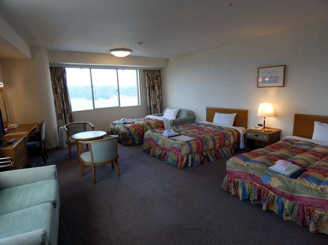 うどん 生そば はし杭 の昼食を楽しみ、翌日の亡父の3回忌法要の準備を整えて、この日から2泊するホテル&リゾーツ 和歌山 串本(串本ロイヤルホテル)を訪ねます。<br /><br />この日から合流する他の参列者の分も含めて7部屋のチェックインを、ラウンジに座ってウェルカムドリンクを飲みながら1人でします。<br />