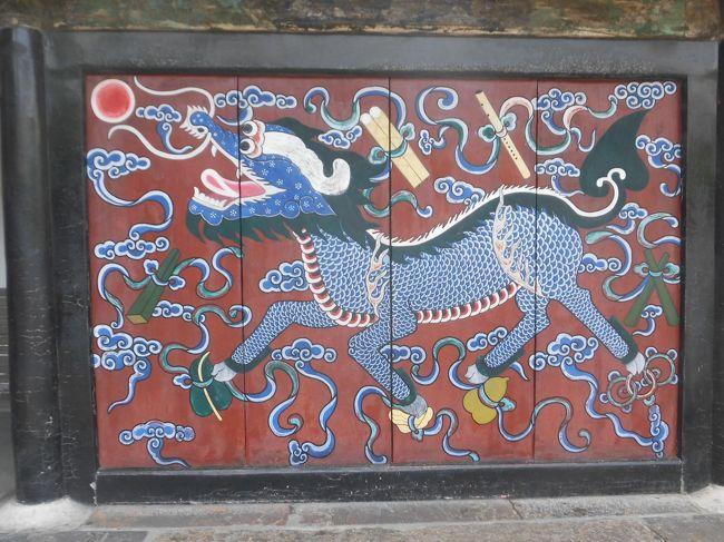 3日目・・<br />今日は孔子の歴史を回ります。<br /><br />曲阜観光 世界遺産◎三孔見学<br /> 孔廟・・孔子を奉る 敷地内は広く200年・400年前のもあり歴史を      感じました。<br /> 孔府・・孔子一族の住まい <br /> 孔林・・孔子一族の墓地 歩いて回るのには広いのでカートに乗り<br />    その後で孔子・息子・孫のお墓を回りました。<br /> <br />昼食は曲阜名物「孔府宴」 23皿位出ました。<br />    味も美味しく 食べ過ぎました^^;<br /> <br />臨沂観光・・諸葛亮故里記念館<br />   孔子が13歳まで住んでいたそうです。<br />   館長さん直々に説明して下さりました。<br /><br />夕食は青島ビール飲み放題付海鮮しゃぶしゃぶで乾杯。<br /> ビールの好きな人ばっかりなので <br /> しっかり飲んで見えました。<br /> 私はスプライトにしておきましたよ。<br /><br />ホテルは最初の日に泊まった同じホテルですが <br />グレードアップはなかったけど <br />それでも綺麗な部屋で気持ちよく眠れました。