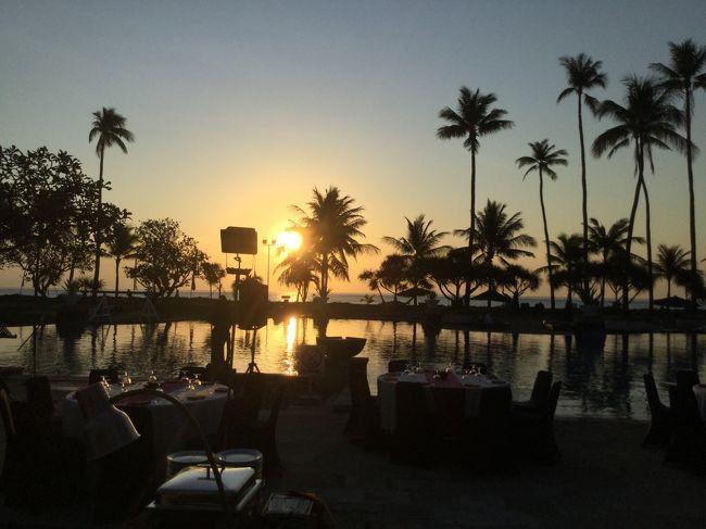 以前、バリ島で観光関係の仕事で約2年間住んでいたので当時の友人達に会いに久しぶりにバリ島を訪れた際の旅行記です。<br />往復の飛行機はマレーシア航空のキャンペーンで格安のビジネスクラスで手配をしてホテルはじゃらんネットのクーポンと<br />ポンタポイントでこちらも格安で手配をしました。<br />機内食と航空会社のラウンジも写真掲載していますv。<br />バリ島内の移動は、配車アプリGrab、ブルーバードタクシー(バリタクシー)、観光用シャトルバス(クラクラバス)を使用。<br />食事場所は、在住の友人達のお勧めワルン(インドネシアの食堂)中心のため旅行のガイドブックには出ていないお店が中心です。<br />最後まで、ご覧頂けましたら幸いです。
