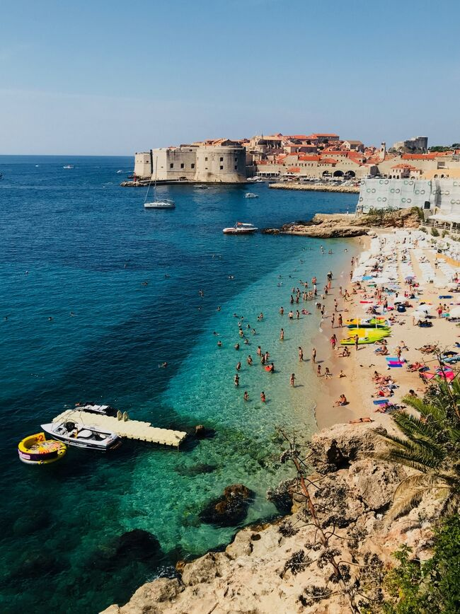 ナポリから移動し、クロアチアのドブロヴニクにはアパートに4泊<br /><br />この日はスターウォーズ「最後のジェダイ」のロケ地を巡るツアーに参加した後、近くの海岸で海水浴を楽しみました<br /><br />=====<br /><br />学生時代、働いている時には行きたくても行けなかった43日間の長旅<br /><br />リタイアしてようやく念願が叶いました<br /><br />街歩き、山歩きで毎日10km以上歩くことが多かったので、日頃のトレーニングが役立ちました<br /><br />旅を続けるには、まずは健康であること、そしてそれなりに体力も必要。<br /><br />「いつか行こう」・・・ではなく <br /><br />「行けるうちに行け !! 」 が 正解だと思いました<br /><br />それぞれの滞在地別に旅行記を記していきたいと思います<br /><br />《 ヨーロッパ周遊 43日間 旅程表 》<br /><br />8/8 関空-北京-ローマ<br />  エアチャイナ<br /><br />8/8,9  ローマ泊<br /> チヴィタ、オルヴィエートなど<br /><br />8/10  ローマ-パレルモ<br />  VUELING航空<br /><br />8/10,11,12  パレルモ泊<br /> アドリアーノ、コルネオーネなど<br /><br />8/13  パレルモ-ナポリ<br />  VOLOTEA航空<br /><br />8/13,14,15  ナポリ泊<br /> ポンペイ、アマルフィーなど<br /><br />8/16  ナポリ-ローマ-ドブロヴニク<br />  鉄道-VUELING航空<br /><br />816,17,18,19  ドブロヴニク泊<br /> モンテネグロ、コルトなど<br /><br />8/20  ドブロヴニク-ヴェネチア<br />  VOLOTEA航空<br /><br />8/20,21,22  ヴェネチア泊<br /> リド、ブラーノなど<br /><br />8/23  ヴェネチア-コルチナ<br />  ATVO バス<br /><br />8/23,24,25,26,27  コルチナ泊<br />  トレ・チーメなど<br /><br />8/28  コルチナ-ミラノ<br />  ATVOバス・鉄道<br /><br />8/28,29  ミラノ泊<br />  最後の晩餐見学ツアーなど<br /><br />8/30  ミラノ-ツェルマット<br />  鉄道<br /><br />8/30-9/3  ツェルマット泊<br />  3ピーク トレッキングなど<br /><br />9/4  ツェルマット-カンデルシュティーク<br />  鉄道<br /><br />9/4,5  カンデルシュティーク泊<br />  エッシネン湖、ゲンミ峠など<br /><br />9/6  カンデルシュティーク-ブリエンツ<br />  鉄道<br /><br />9/6,7,8,9  ブリエンツ泊<br />  ロートホルン鉄道、バッハアルプ湖など<br /><br />9/10  ブリエンツ-アッペンツェル<br />  鉄道<br /><br />9/10,11,12,13  アッペンツェル泊<br />  エーベンアルプ、センティスなど<br /><br />9/14  アッペンツェル-シャフハウゼン<br />  鉄道<br /><br />9/14,15,16  シャフハウゼン泊<br />  シュタイン・アム・ラインなど<br /><br />9/17  シャフハウゼン-チューリッヒ-ローマ<br />  鉄道・スイスインターナショナルエアー<br /><br />9/17  ローマ泊<br /><br />9/18  ローマ-北京<br />  エアチャイナ<br /><br />9/19  北京-羽田 (泊)<br />  エアチャイナ<br /><br />9/20  羽田-京都<br />  鉄道