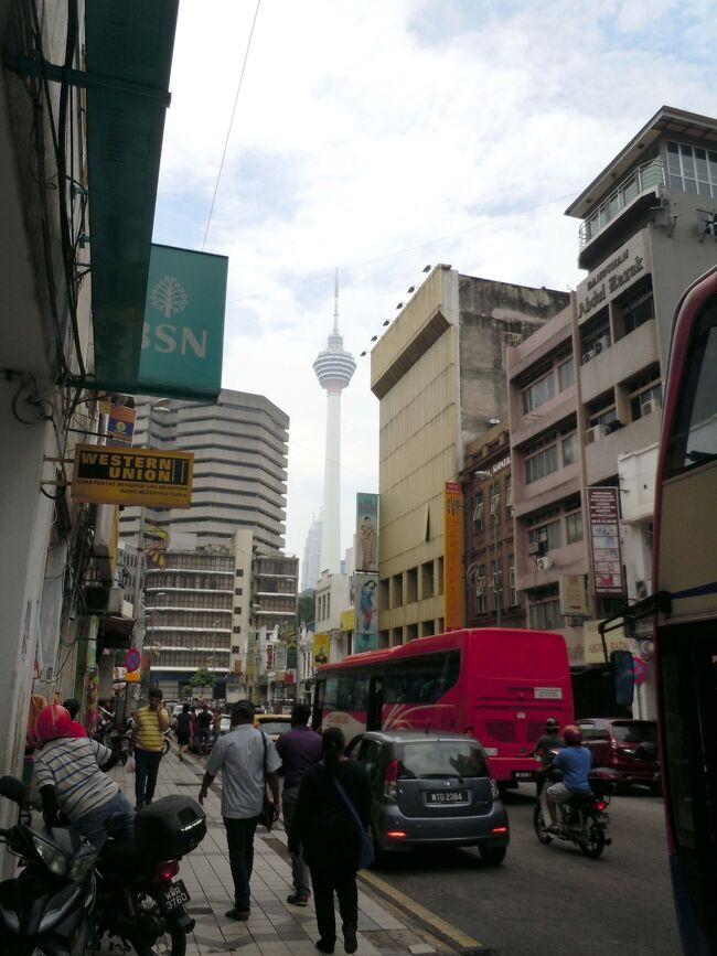 「クアラルンプール」が「泥の川が交わるところ」という意味だと知り、その詩的なイメージに引き込まれました。<br /><br />久々の個人手配旅で、英語は中1の一学期レベル。いろいろ心配で、しっかり計画を立てて行きましたが、とても旅行し易い国でした。<br />マレーシアはマレー系、中国系、インド系と主に3つの民族の方が暮らしているので、共通言語が英語。私の拙い英語でも、優しく耳を傾けてくれるし、特にマレー系の方は優しかったです。<br /><br />7日間(2017/8/13~19)の旅、今回は、初日と2日目の記録です。<br />トップ画像は、マスジットジャメ駅の付近。この雑然とした感じが大好き。
