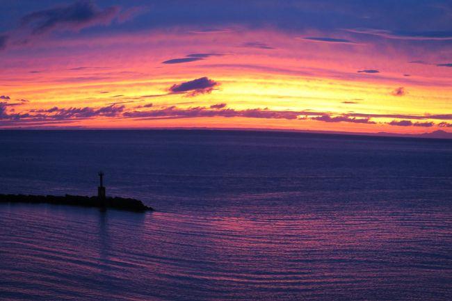 (松崎の夕焼け)<br /><br />夕焼けが見たくなると、向かうところがある。それが西伊豆松崎だ。西伊豆には個性的な集落が並んでいるが、私は松崎が好きだ。やさし町、(食の)おいし町、そしてなにより夕陽が美しい。<br /> <br /> ・秋雨やバス待つ間の一句かな<br /><br /> ・いっちまったぜ夕焼けひとつ友五人<br /><br /> ・秋の日は何かせねばとなにもせず<br /><br /> ・樹木希林Γ朝日の当たる家」を去る<br />