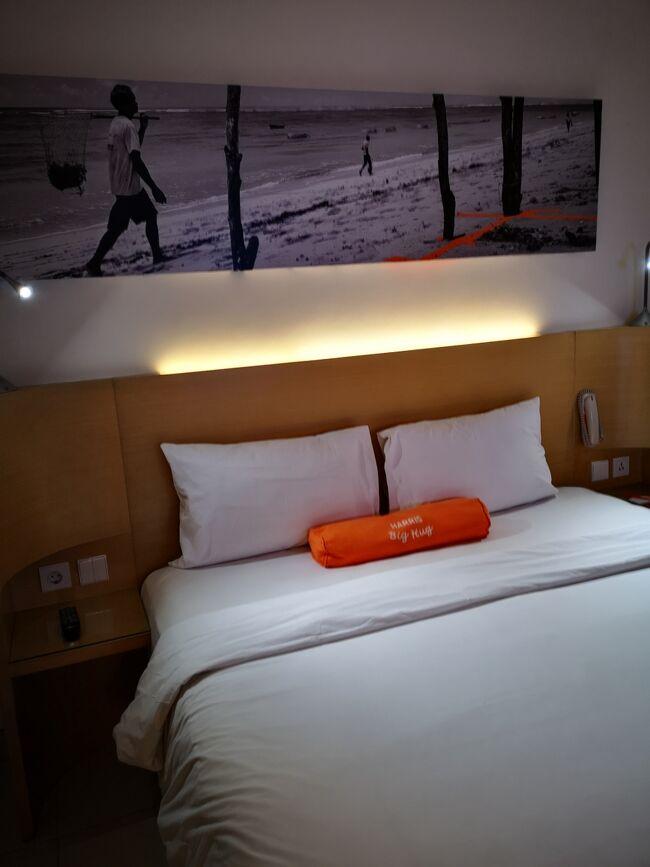 24時間空港送迎無料です。<br />予約の時に到着便を知らせてください。<br />リコンフォームすると安心ですね。<br />空港のミーティングポイントでオレンジ色の<br />目立つシャツは嬉しいもんです。<br />個人手配している初バリ一人旅のお嬢さん<br />空港からホテルまでどうやってたどり着きますか?<br />慣れたあなたには<br />明日からは高級ホテルでも到着日はハリスホテルトゥバンでいいかもね。<br /><br />ハリスホテルトゥバン<br />このホテルの便利さはバリ島フリークさんには知られています。<br />https://www.harrishotels.com/Tuban<br />値段がお手頃なのにプールもあります。<br />朝食ブッフェは40,000Rp<br />翌朝、ロンボクやジョグジャなどへ空路で渡る時、<br />帰国前のデイユースなど24時間お好きな時に空港送迎、<br />利用方法はあなたしだいです。<br /><br />空港の敷地外にあります、ホテルの前をブルーバードタクシーがジャンジャン走ってます。<br />夜遅くでも美味しい物食べさせてくれるラヤクタ通りまで15,000~20,000Rpです。<br />駐車場があるのでチャーターカーの利用時も安心です。<br />
