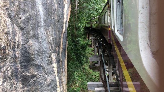 2018年の夏休みは、第二次世界大戦時に旧日本軍によって造られた泰緬鉄道を追い求めてタイに行ってきました。<br /> 去年夏のカンボジアの旅行を終え、さて来年はどこに行こうかと正月ごろから話していましたが、<br />私「泰緬鉄道乗りにタイは?」妻「拒否します」<br />妻「チェコとかヨーロッパは?」私「拒否します」<br />侃々諤々の議論の末、中間方面のネパール(毛色は全く違うけどタイとヨーロッパの間に位置するのは間違いない)辺りに傾き始めたところ、テレビでやっていた映画「戦場にかける橋」をお酒を飲みながら無理やり見せる。<br />妻「・・・」<br />そんな努力もあってようやく10年ぶりにタイ旅行ということに決まり、出発することとなりました。<br /><br />今回の旅行記はタイ国鉄に乗車してトンブリー駅からナムトック駅に行き、そのままナムトック駅からそのまま引き返してカンチャナブリ駅に戻りました。<br /><br />■日程<br />8/31  羽田空港<br />9/1  バンコク→ナムトック→カンチャナブリ