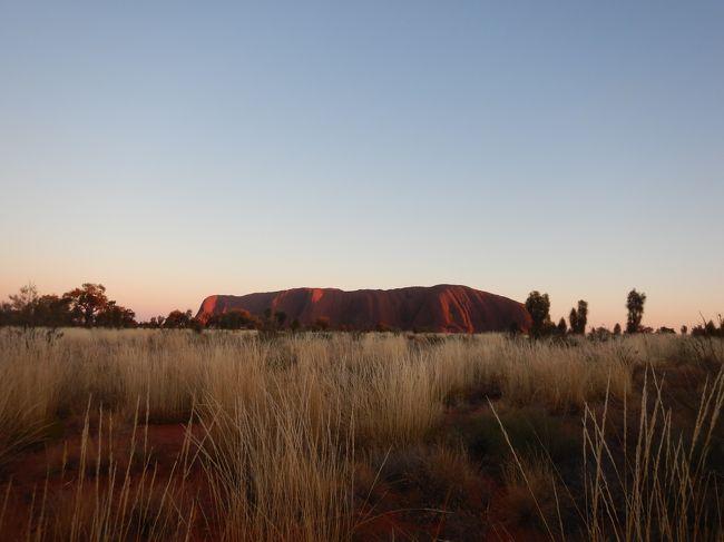 エアーズロック目当てに2回目のオーストラリアへ。<br />前半はシドニー、後半はエアーズロックです。<br />5日目はサンセットツアー&登山。運良く初日のチャレンジで登ることができました。<br /><br /> 8/10 羽田22:20発<br /> 8/11 8:45シドニー着<br />  8/12 ブルーマウンテン観光<br />  8/13 シドニー観光<br /> 8/14 10:05シドニー発→13:15エアーズロック着 カタジュタ&サンセット<br />★8/15 サンライズ&登山<br /> 8/16 エアーズロック ヘリコプター遊覧飛行ツアー  <br /> 8/17 13:50ウルル発→17:20シドニー着20:55発→<br /> 8/18  5:30羽田着