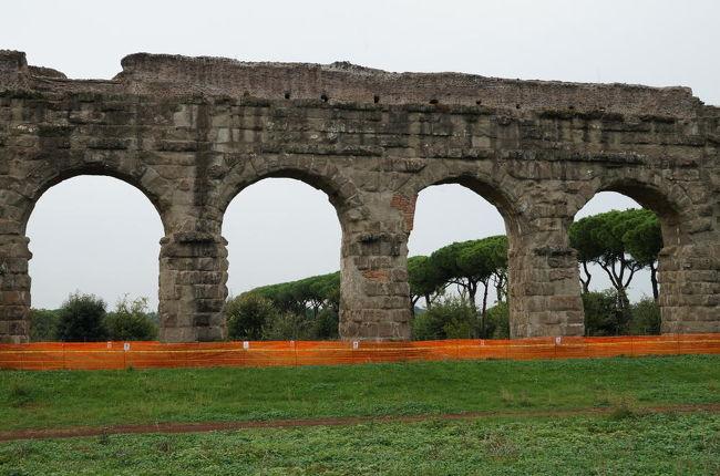 古代ローマの土木・建築技術の高度さを今に残すものの一つが水道システム及び水道橋であろう。水道橋遺跡に関しては、フランス南部のポンデュガールやスペインのセゴビアにあるものが特に有名で世界遺産にも登録されている。一方、ローマは当時100万都市であり、500年かけて建造された11本の水道から供給された水は1日に100万m3、1人当たり1m3/日と、現代の東京都民の水使用量233Lを上回る供給量であった。また、ローマ水道の精密さは有名で、通常、1kmあたり34cmの高低差で自然に流れるように設計されており、効率よく大量の水をローマ市内へ運んでいた。<br /><br />これからバスで向かうローマ水道橋公園には、6本の水道遺跡が残っており、今でも見ることが出来る。見た目には2本しか見えないが北側の背が低い方の水道橋にはユリア水道、テプラ水道、マルキア水道 、そして16世紀に改修されたフェリクス水道が、南側の背が高い方の水道橋には新アニオ水道、そしてクラウディア水道が通っていた。表紙の写真は南側の新アニオ・クラウディア水道橋だが、映画のロケにも良く使われるイメージ通りの水道橋である。<br />