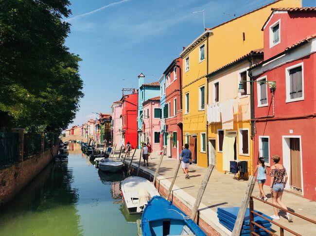ヴェネチアではホテルの別館(アパートのような感じ)に3泊<br /><br />街歩き、リド島で海水浴、トルチェッロ島、ブラーノ島、ムラーノ島の島巡りを楽しみました<br /><br />3島巡りはツアーもあり、効率よくは回れるようですが、自分の興味があるところで時間を使うとか融通が効かないので、自分たちで回りましたが、とても満足のいく時間を過ごせました<br /><br />=====<br /><br />学生時代、働いている時には行きたくても行けなかった43日間の長旅<br /><br />リタイアしてようやく念願が叶いました<br /><br />街歩き、山歩きで毎日10km以上歩くことが多かったので、日頃のトレーニングが役立ちました<br /><br />旅を続けるには、まずは健康であること、そしてそれなりに体力も必要。<br /><br />「いつか行こう」・・・ではなく <br /><br />「行けるうちに行け !! 」 が 正解だと思いました<br /><br />それぞれの滞在地別に旅行記を記していきたいと思います<br /><br />《 ヨーロッパ周遊 43日間 旅程表 》<br /><br />8/8 関空-北京-ローマ<br />  エアチャイナ<br /><br />8/8,9  ローマ泊<br /> チヴィタ、オルヴィエートなど<br /><br />8/10  ローマ-パレルモ<br />  VUELING航空<br /><br />8/10,11,12  パレルモ泊<br /> アドリアーノ、コルネオーネなど<br /><br />8/13  パレルモ-ナポリ<br />  VOLOTEA航空<br /><br />8/13,14,15  ナポリ泊<br /> ポンペイ、アマルフィーなど<br /><br />8/16  ナポリ-ローマ-ドブロヴニク<br />  鉄道-VUELING航空<br /><br />816,17,18,19  ドブロヴニク泊<br /> モンテネグロ、コルトなど<br /><br />8/20  ドブロヴニク-ヴェネチア<br />  VOLOTEA航空<br /><br />8/20,21,22  ヴェネチア泊<br /> リド、ブラーノなど<br /><br />8/23  ヴェネチア-コルチナ<br />  ATVO バス<br /><br />8/23,24,25,26,27  コルチナ泊<br />  トレ・チーメなど<br /><br />8/28  コルチナ-ミラノ<br />  ATVOバス・鉄道<br /><br />8/28,29  ミラノ泊<br />  最後の晩餐見学ツアーなど<br /><br />8/30  ミラノ-ツェルマット<br />  鉄道<br /><br />8/30-9/3  ツェルマット泊<br />  3ピーク トレッキングなど<br /><br />9/4  ツェルマット-カンデルシュティーク<br />  鉄道<br /><br />9/4,5  カンデルシュティーク泊<br />  エッシネン湖、ゲンミ峠など<br /><br />9/6  カンデルシュティーク-ブリエンツ<br />  鉄道<br /><br />9/6,7,8,9  ブリエンツ泊<br />  ロートホルン鉄道、バッハアルプ湖など<br /><br />9/10  ブリエンツ-アッペンツェル<br />  鉄道<br /><br />9/10,11,12,13  アッペンツェル泊<br />  エーベンアルプ、センティスなど<br /><br />9/14  アッペンツェル-シャフハウゼン<br />  鉄道<br /><br />9/14,15,16  シャフハウゼン泊<br />  シュタイン・アム・ラインなど<br /><br />9/17  シャフハウゼン-チューリッヒ-ローマ<br />  鉄道・スイスインターナショナルエアー<br /><br />9/17  ローマ泊<br /><br />9/18  ローマ-北京<br />  エアチャイナ<br /><br />9/19  北京-羽田 (泊)<br />  エアチャイナ<br /><br />9/20  羽田-京都<br />  鉄道